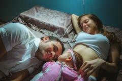 Bild av den unga caucasian familjen inomhus Fader, Royaltyfri Fotografi