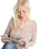 Bild av den unga kvinnan som använder en iPad Arkivbild