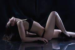 Bild av den unga kvinnan som ligger på golvet Royaltyfri Foto