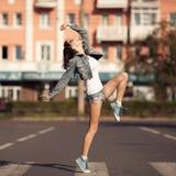 Bild av den unga lyckliga kvinnan, lyssnande musik och hagyckel fotografering för bildbyråer