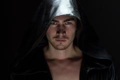 Bild av den unga mannen i huv Royaltyfri Fotografi