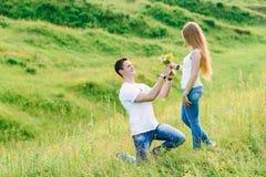 Bild av den unga mannen som spelar förslag till hans flicka arkivbild