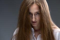 Bild av den unga psykopatkvinnan Arkivfoton