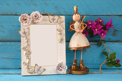 Bild av den vita tappningmellanrumsramen och den gulliga felika prinsessan på trätabellen Arkivfoton
