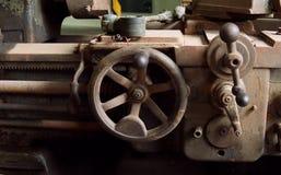 Bild av det gamla maskinkugghjulet med flera skruvformat Brutet och ru royaltyfria bilder