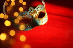 Bild av eleganta blått och den guld- venetian maskeringen över röd bakgrund Fotografering för Bildbyråer