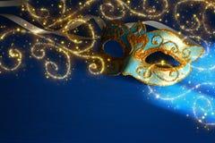 Bild av eleganta blått och guld- venetian, mardigrasmaskering över bl royaltyfri bild