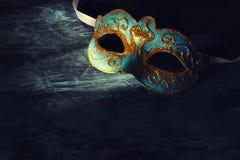 Bild av eleganta blått och guld- venetian, mardigrasmaskering över svart bakgrund Arkivbilder