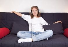 Bild av en attraktiv kvinna som lyssnar till musik i pojkvän`, Arkivfoton
