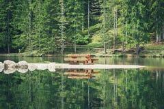 Bild av en bänk på Pianozes sjön, ` Ampezzo, Dolo för Cortina D Royaltyfri Foto