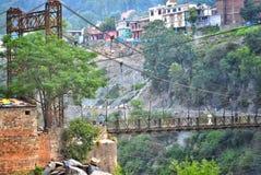 Bild av en bro som utgöras av järn och trä royaltyfri bild