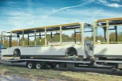 Bild av en buss på en släpkroppmannheim lastbil royaltyfri bild