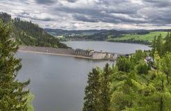 Bild av en fördämning på floden Dunajec Arkivbild