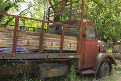 Bild av en gammal rostig lastbil Royaltyfri Foto