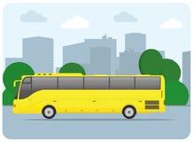 Bild av en gul buss på en stadsgata, lägenhetstilillustration Royaltyfri Bild