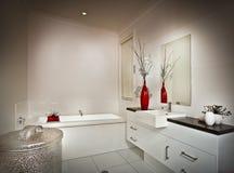 Bild av en härlig vit toalett arkivfoton