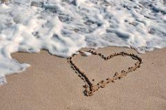 Bild av en hjärta på sanden royaltyfria bilder
