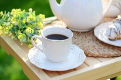 Bild av en kopp av coffe med ett stycke av söt bakelse Royaltyfri Fotografi
