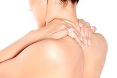 Bild av en kvinna som trycker på hennes skuldra Royaltyfri Foto