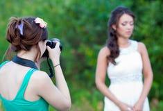 Bild av en kvinnafotograf som gör ett foto Royaltyfri Fotografi