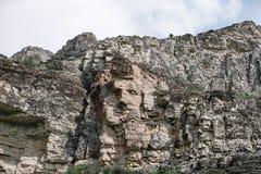 Bild av en mänsklig framsida som av naturen förfalskas på en sten Sulak kanjon, Dagestan royaltyfria foton