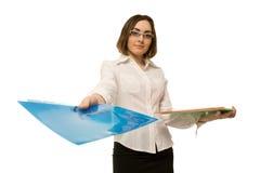 Bild av en sekreterare som når en blå mapp Arkivfoto