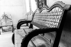 Bild av en tom bänk inomhus royaltyfri fotografi