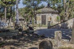 Bild av en trottoar med olika gravar på sidorna i Belen Cemetery royaltyfri bild