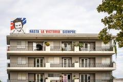 Bild av Ernesto Che Guevara på husväggen i Santiago de Cuba royaltyfri fotografi