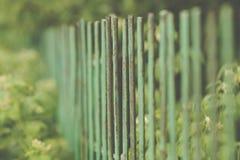 Bild av ett bearbetat staket för härligt dekorativt gjutjärn med det konstnärliga smidet Metallledstångslut upp arkivbilder