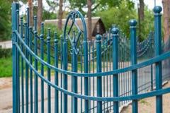 Bild av ett bearbetat staket för härligt dekorativt gjutjärn med det konstnärliga smidet Metallledstångslut upp arkivbild