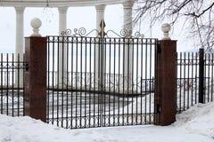Bild av ett bearbetat staket för härligt dekorativt gjutjärn med det konstnärliga smidet Vinter arkivbild