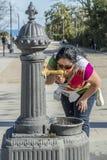 Bild av ett härligt törstigt kvinnadricksvatten arkivbilder