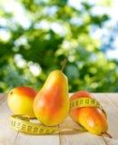 bild av ett päron och ett cm på en tabell Arkivbild