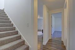 Bild av ett vitt hall med en trappuppgång royaltyfri foto