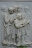 Bild av fascinerade läs- barn i sten som sten-snider Arkivbild