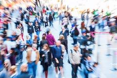 Bild av folkmassor av folk i staden med zoomeffekt Royaltyfri Bild