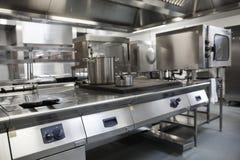 Bild av fullständigt utrustat yrkesmässigt kök Arkivbilder