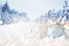 Bild av garnering för boll för festligt träd för jul vit framme av magisk vinterlandskapbakgrund arkivfoto