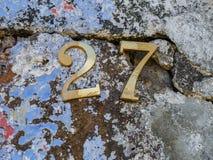 Bild av guld- nummer på väggslut upp royaltyfri bild