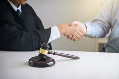 Bild av händer, manlig advokat eller domare och klient som skakar på händer Royaltyfria Foton