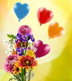 Bild av härliga blommor och färgrika ballonger på gul bakgrund Royaltyfri Bild