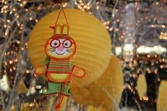 Bild av handcrafted leksaker och ballonger som hänger i fönster Arkivbilder