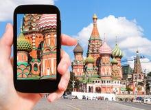 Bild av helgonet Basil Cathedral på smartphonen Arkivbild