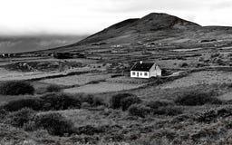 Bild av hemmet i den irländska bygden i svartvitt Fotografering för Bildbyråer