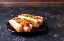 Bild av hotdogs på den svarta plattan Royaltyfri Fotografi