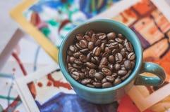 Bild av kaffebönor i kopp royaltyfri bild