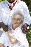 Bild av komfort och service från en omsorgdonator till pensionären arkivfoton