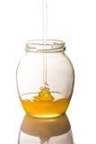 Bild av kruset av honung som isoleras på vit bakgrund Royaltyfria Bilder