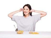 Bild av kvinnan med frukter och hamburgaren framme på vitbac arkivfoton